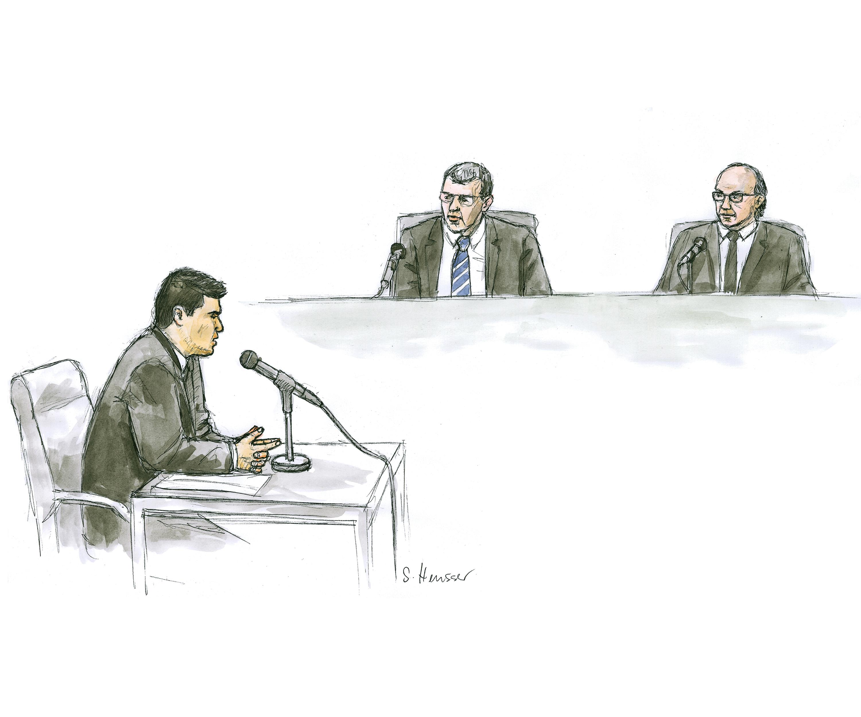 Angeklagter vor den Richtern.