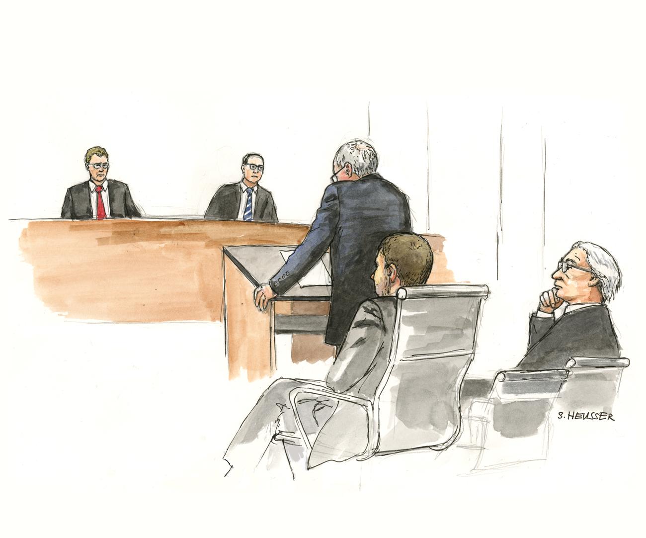 Anwalt vor den Richtern stehend