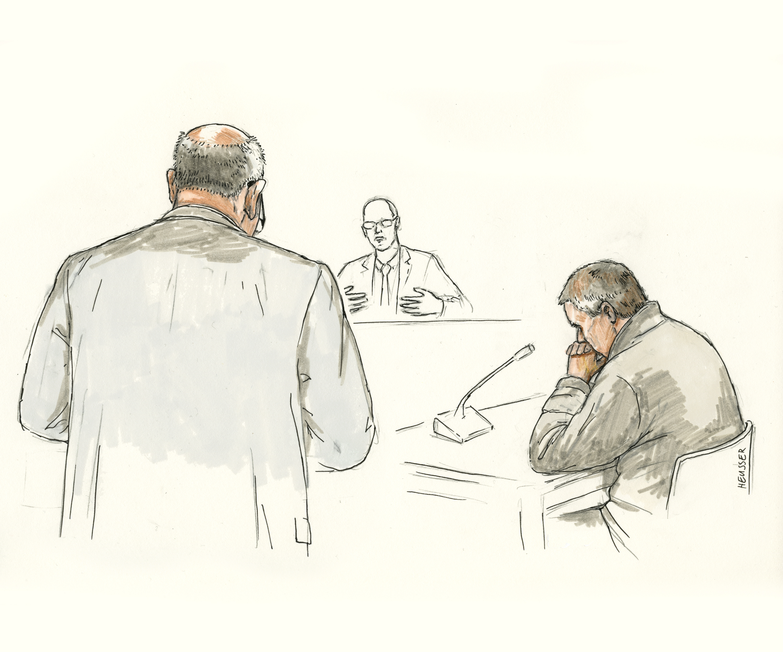 Der Angeklagte sitzend und der Staatsanwalt stehend.