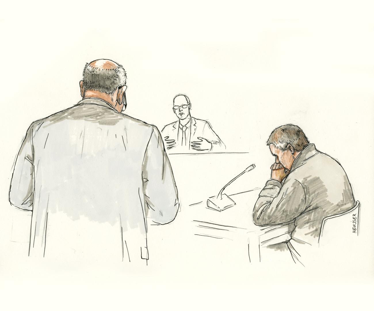 Der Angeklagte sitzend und der Staatsanwalt stehend