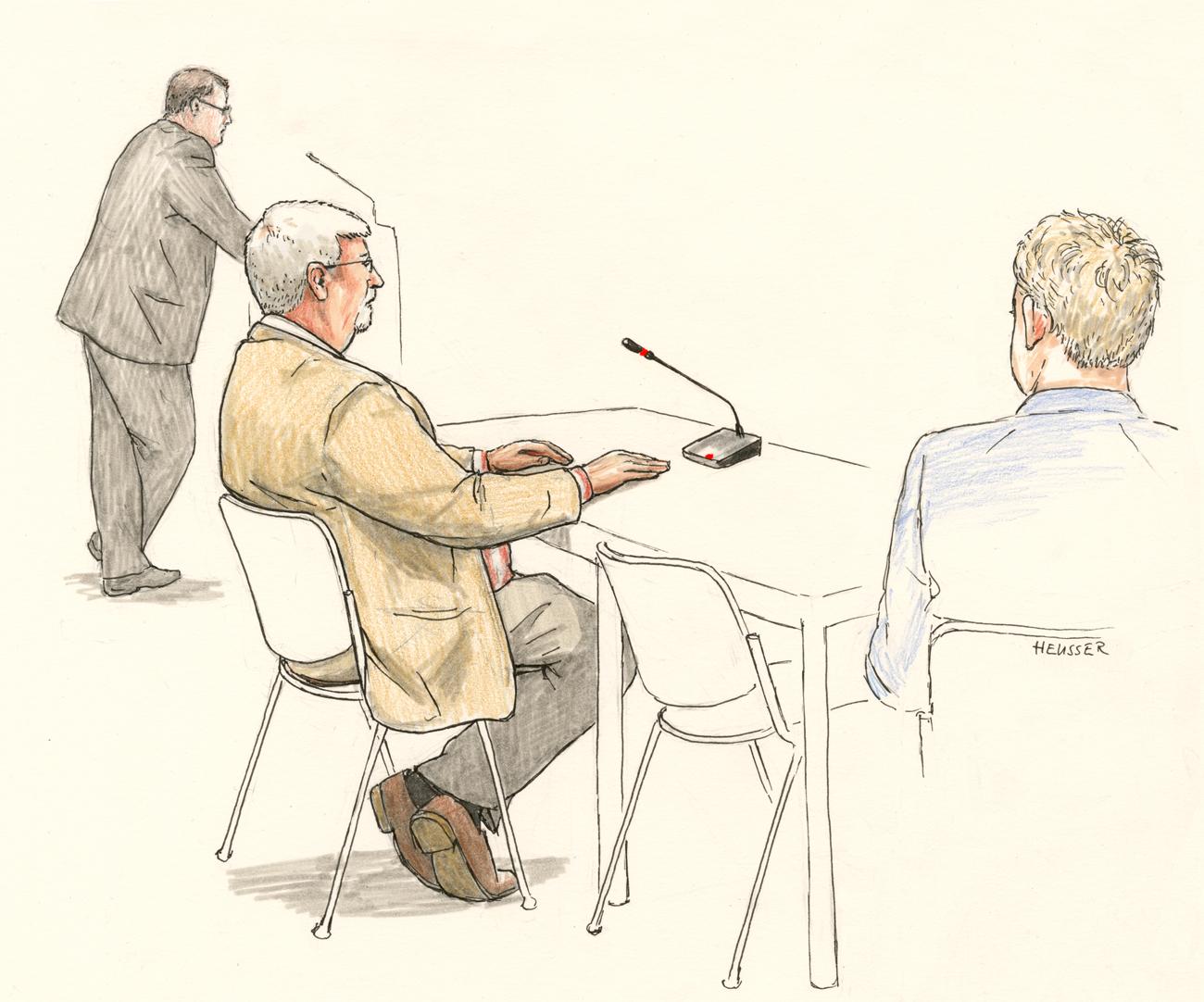 Der Angeklagte sitzend