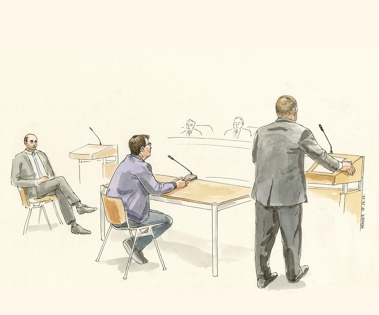 Der Angeklagte sitzend.