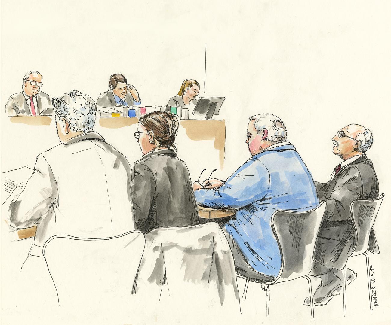 Opferanwalt, Staatsanwältin, Angeklagter und Verteidiger.