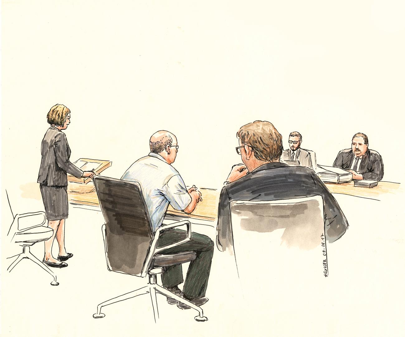 Angeklagter und Verteidiger sitzend, Staatsanwältin stehend.
