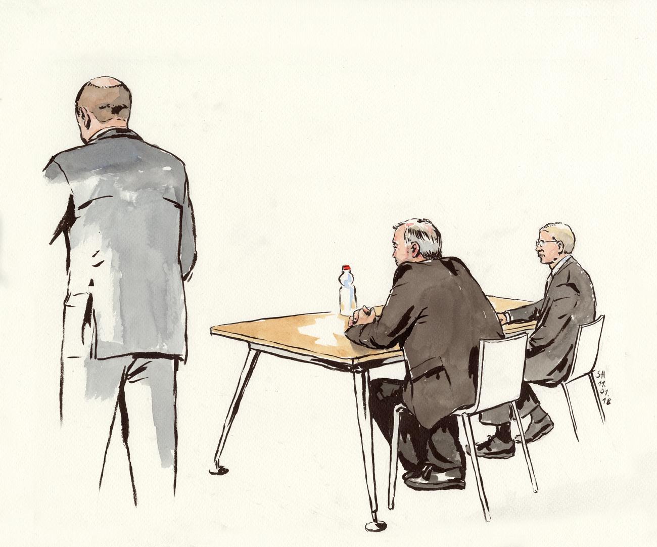 Angeklagter und Verteidiger sitzend, Staatsanwalt stehend.