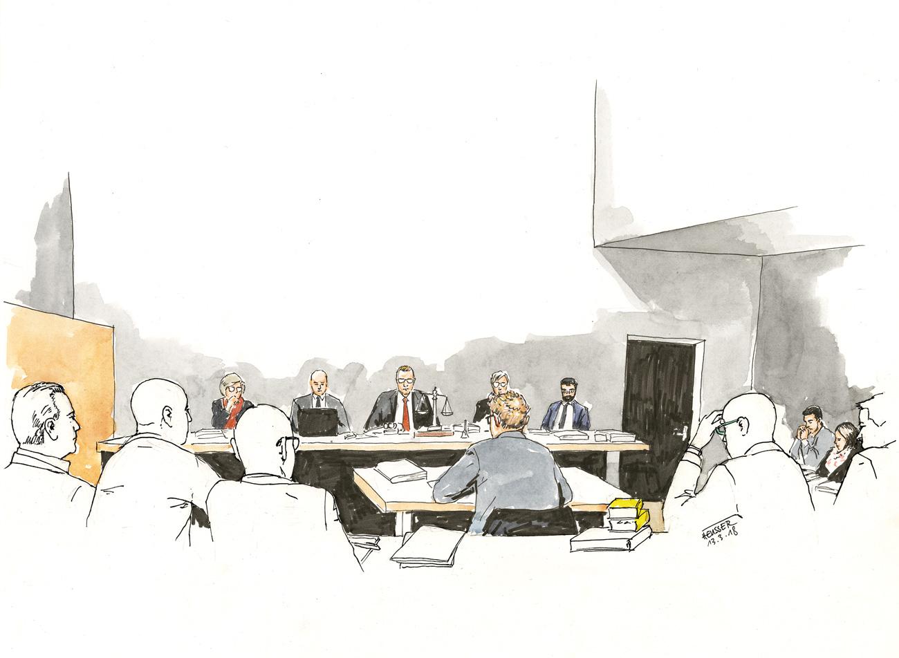 Ein Gutachter in Anhörung vor dem Richterpult